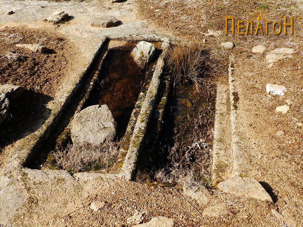 """Два убаво обработени гроба на локалитетот """"Чардак"""" во близина на карпата со симболика 3"""