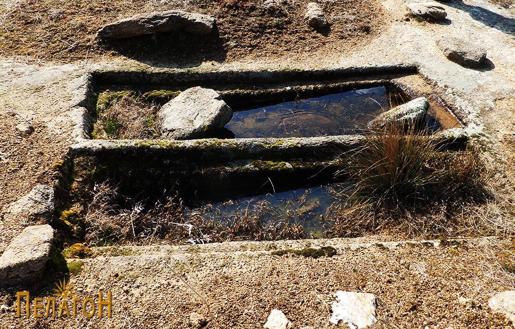 """Два убаво обработени гроба на локалитетот """"Чардак"""" во близина на карпата со симболика 4"""