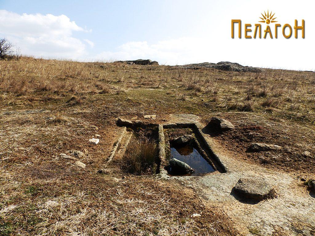 """Два убаво обработени гроба на локалитетот """"Чардак"""" во близина на карпата со симболика 5"""