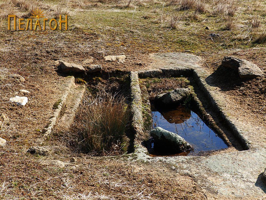 """Два убаво обработени гроба на локалитетот """"Чардак"""" во близина на карпата со симболика 6"""