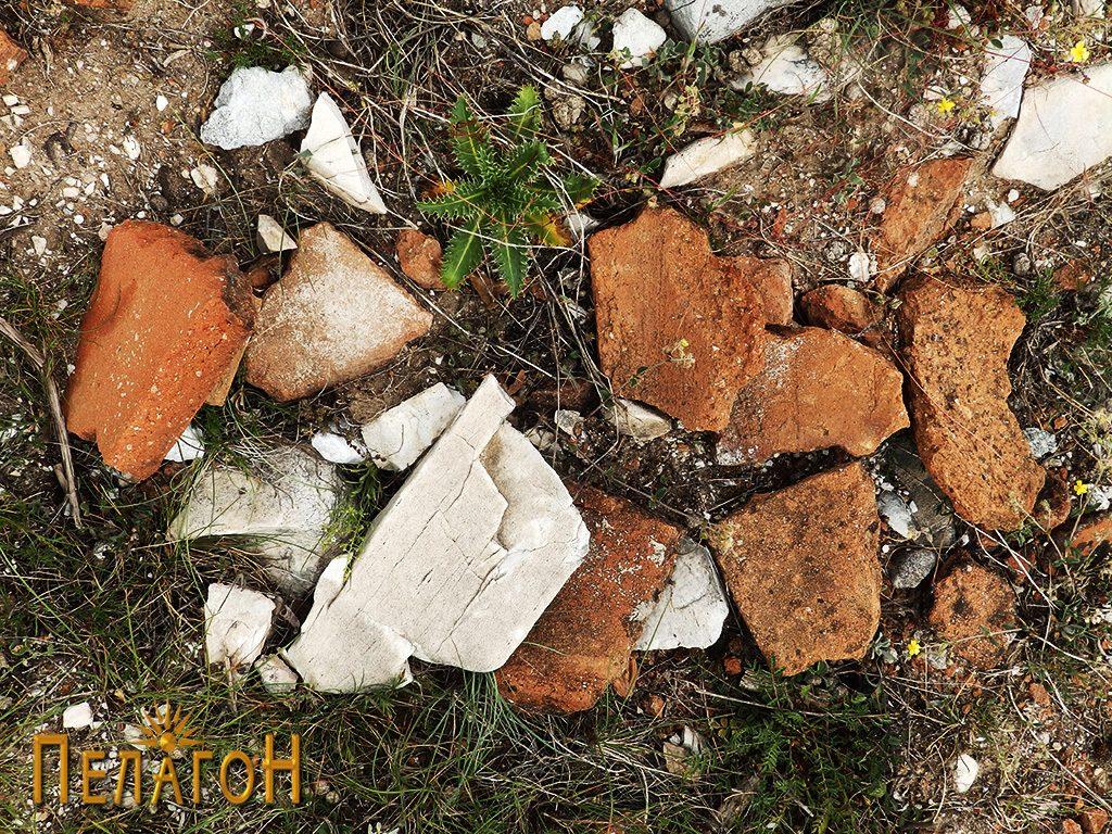 Фрагменти од разновидни керамички предмети на местото на претпоставениот храм