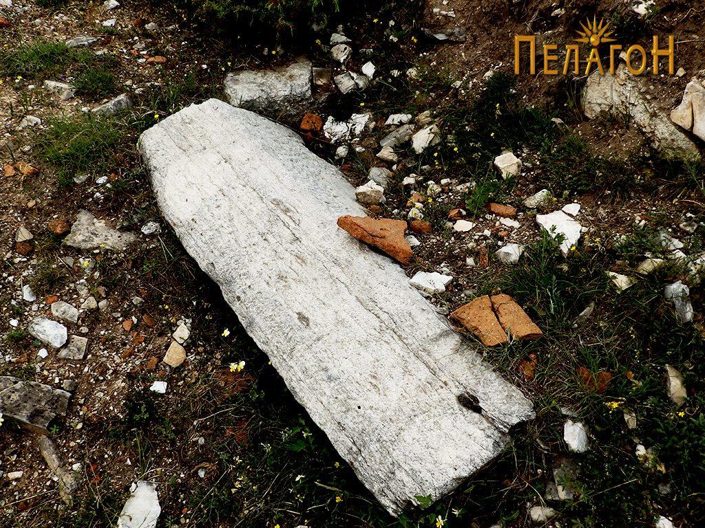Голем обработен блок од камен од храмот 2
