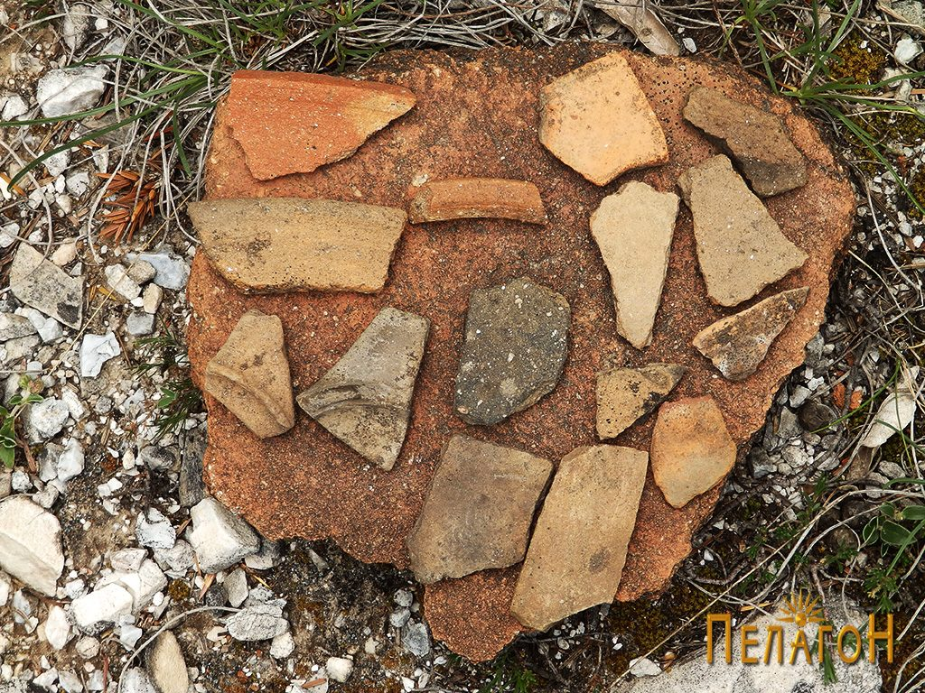 Фрагменти од разновидни керамички предмети на местото на храмот