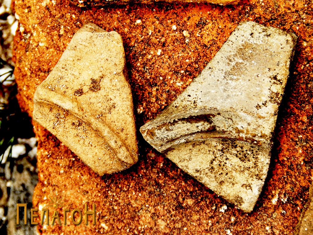 Два фрагменти од керамички садови (дна) на местото на храмот
