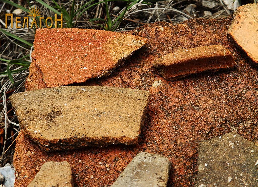 Неколку фрагменти од керамички садови на местото на храмот - устинки
