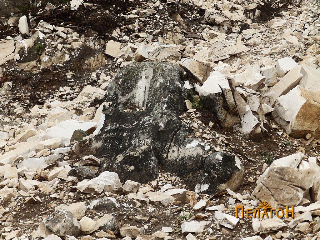 Култната карпа со претстава на Ѕевс Агорајо