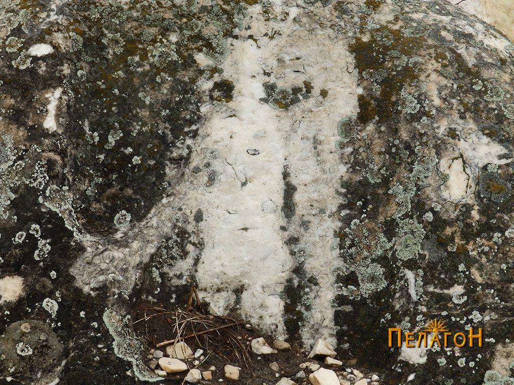 Фигурата на Ѕевс (Дии) исчукана со тврд предмет