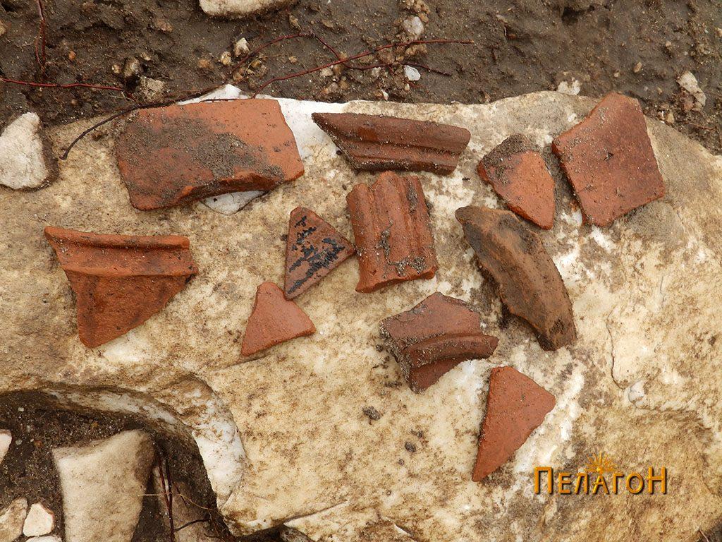 Фрагменти од керамички предмети од просторот околу култната карпа и рамниот дел во нејзина близина