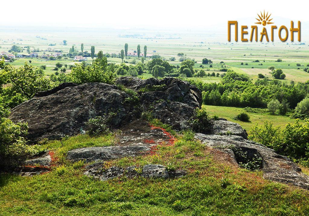 Просторот со гробницата издлабена во карпа