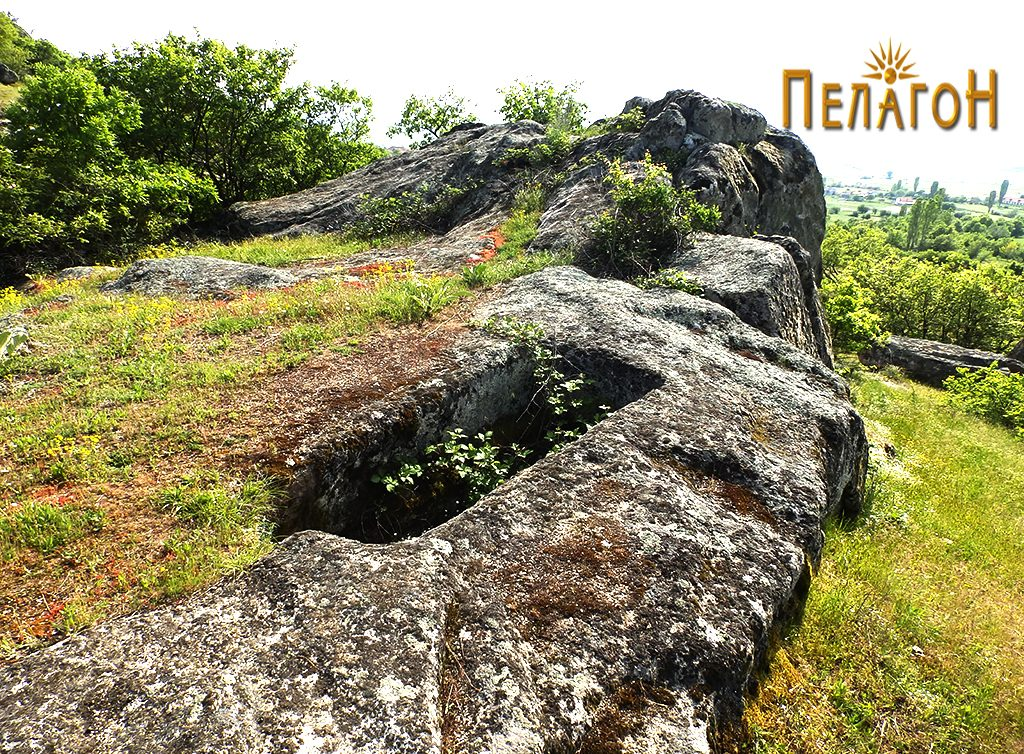 Од североисток со карпата на која е изработена