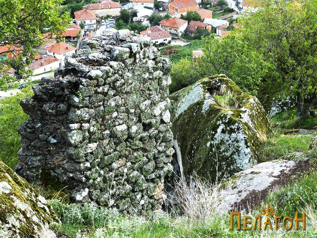 Остаток од ѕид и осамен гроб во карпа во близина