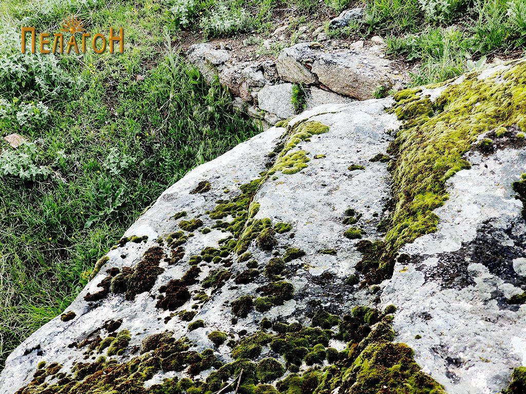 Скалесто овработен дел од карпата со пештерата, на највисокиот дел 2