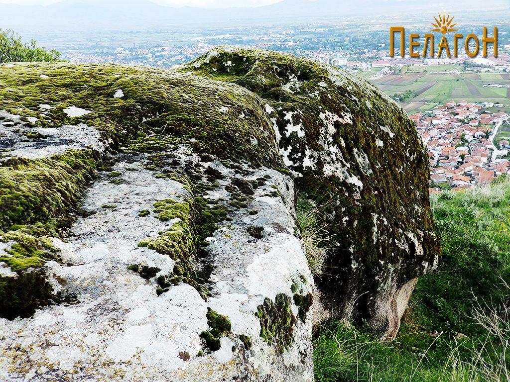 Скалесто овработен дел од карпата со пештерата, на највисокиот дел