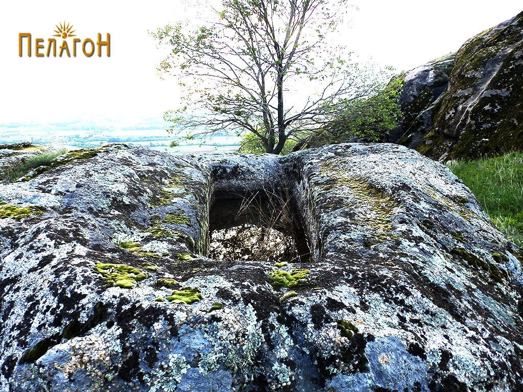 """Еден од гробовите во карпа од некрополата од југозападната страна на """"Рамниште"""""""