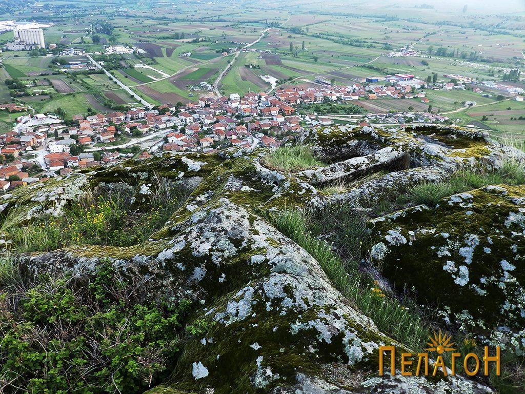 """Неколку гроба од некрополата во камен од југозападната страна на """"Рамниште"""""""