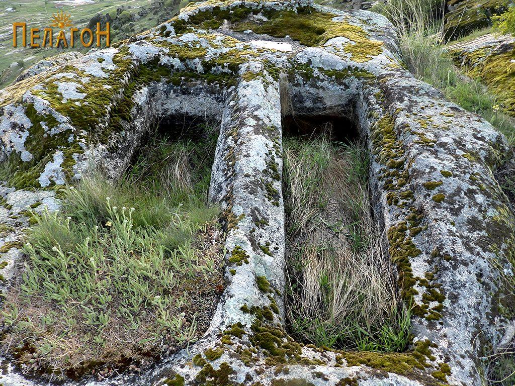 """Два гроба од некрополата во камен од југозападната страна на """"Рамниште"""" 2"""