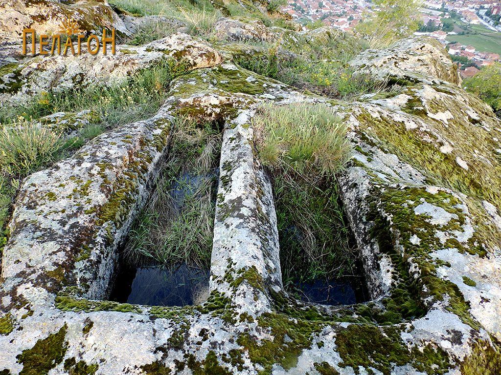 """Два гроба од некрополата во камен од југозападната страна на """"Рамниште"""""""