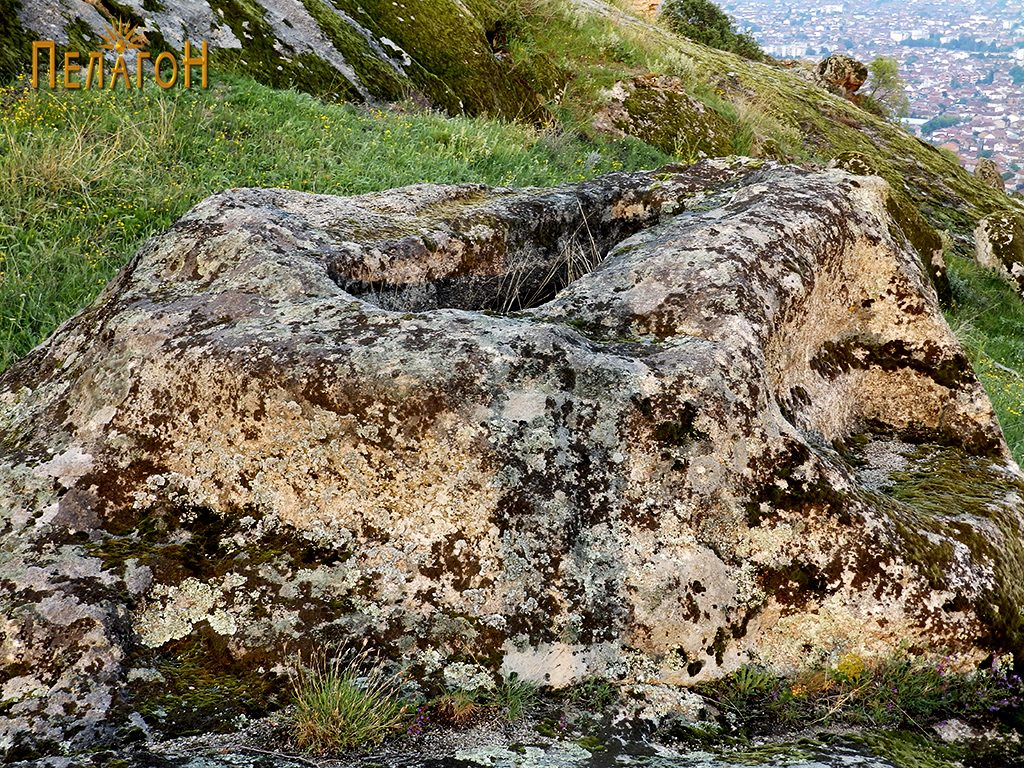 """Гроб на стобесто обработена карпа од некрополата во камен од југозападната страна на """"Рамниште"""""""
