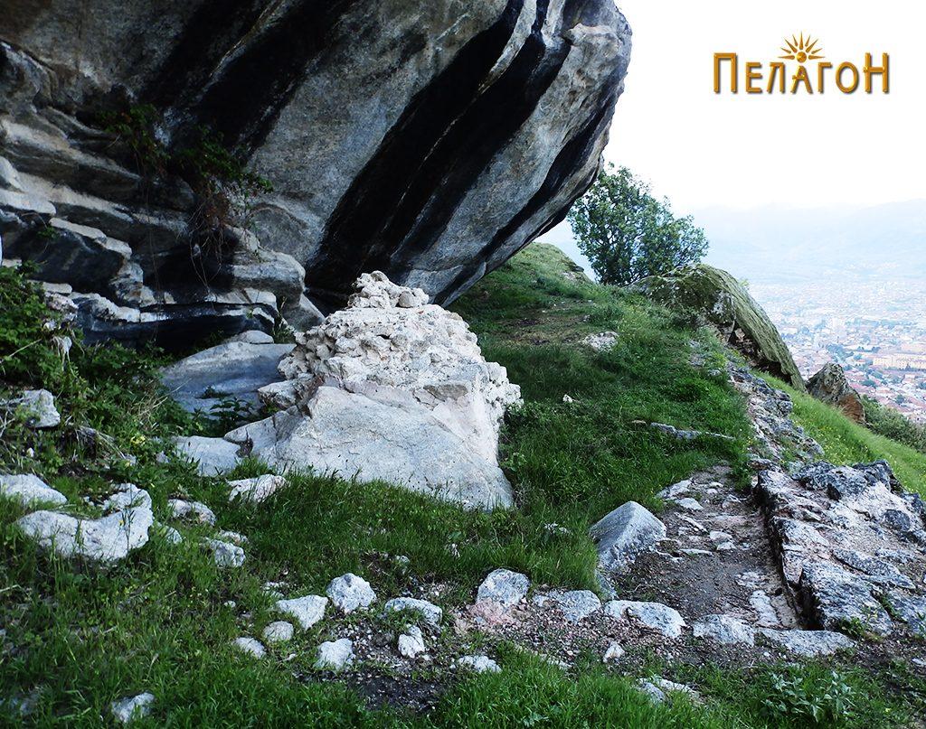 """Градбата со објектот - жртвеник до карпата """"Шарен Килим"""" 3"""