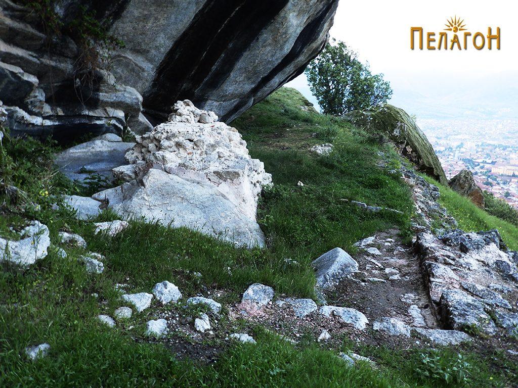 """Градбата со објектот - жртвеник до карпата """"Шарен Килим"""" 2"""