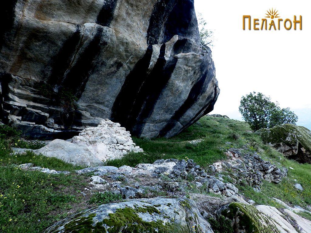 """Градбата со објектот - жртвеник до карпата """"Шарен Килим"""""""