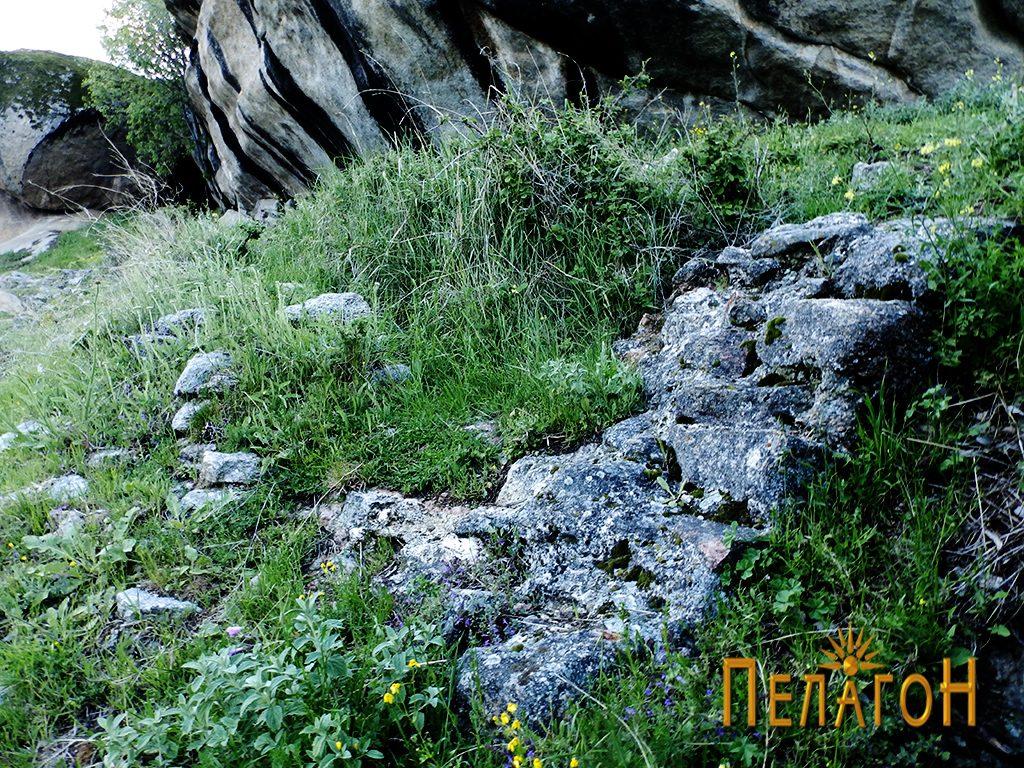 """Остаток од дебел ѕид со малтер од источната страна на """"Шарен Килим"""""""
