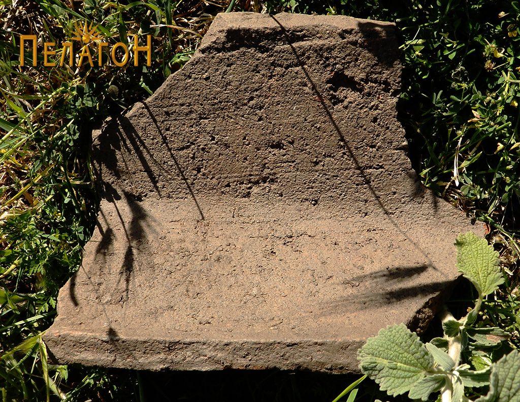 Фрагмент од поголем керамички предмет со аглести форми од внатрешната страна