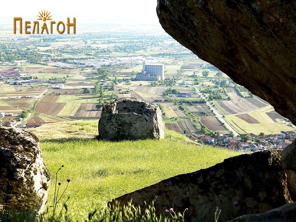 """Карпа со голем издлабен правоаголен објект на """"Рамниште"""" со дел од Варош и Пелагонија"""