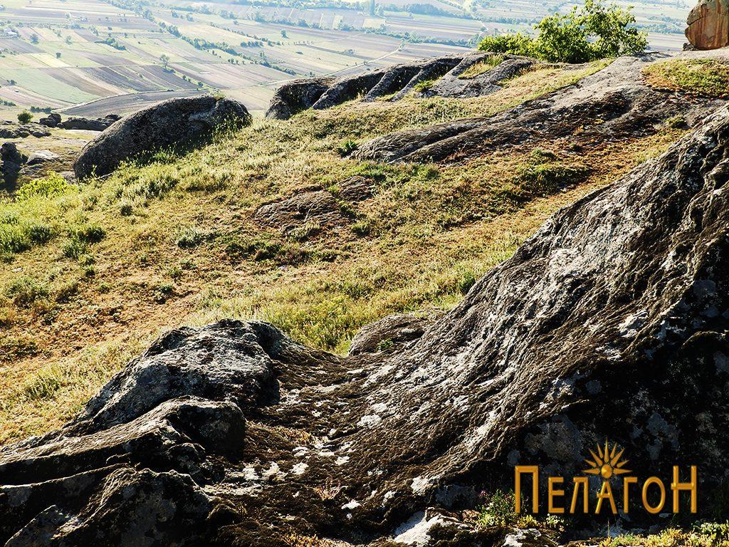 """Врежан дел во карпа со дел од некрополата на западниот раб на """"Рамниште"""""""