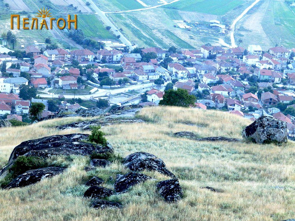 """Централниот дел од """"Рамнисхте"""" со две карпи со обработени делови"""