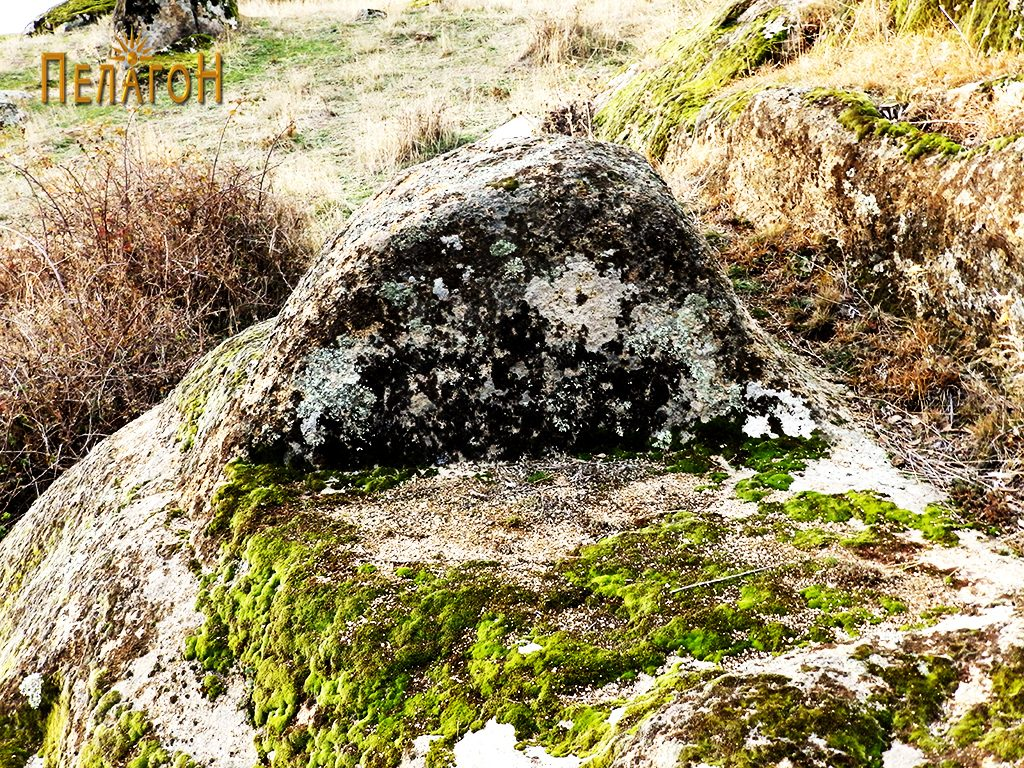 """Хоризонтални површини и столбеста форма по карпите од северната страна на """"Рамниште"""""""