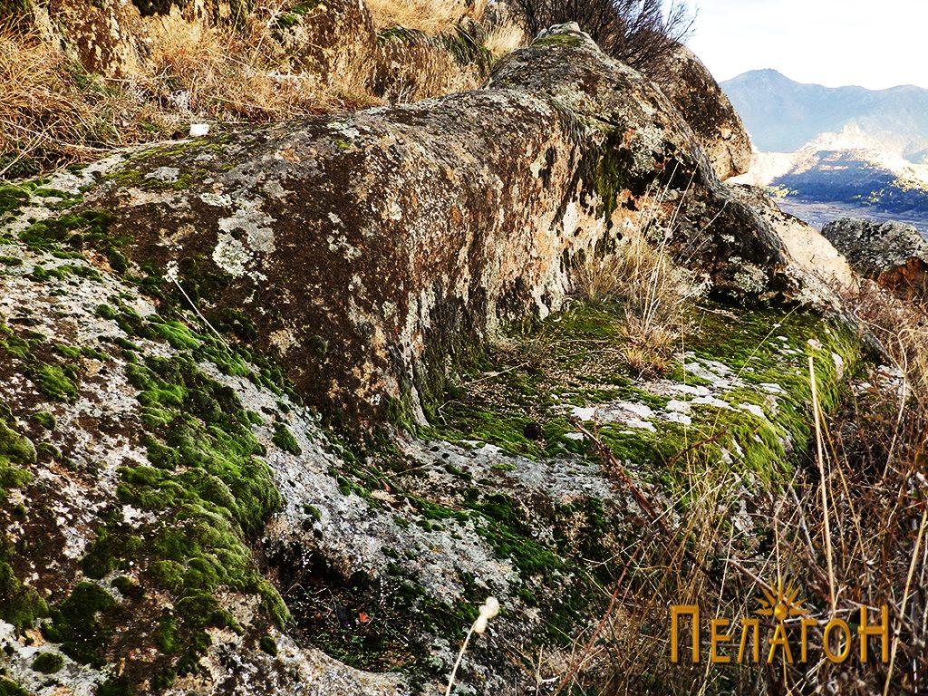 """Голема ниша на карпите од северната страна на """"Рамниште"""""""