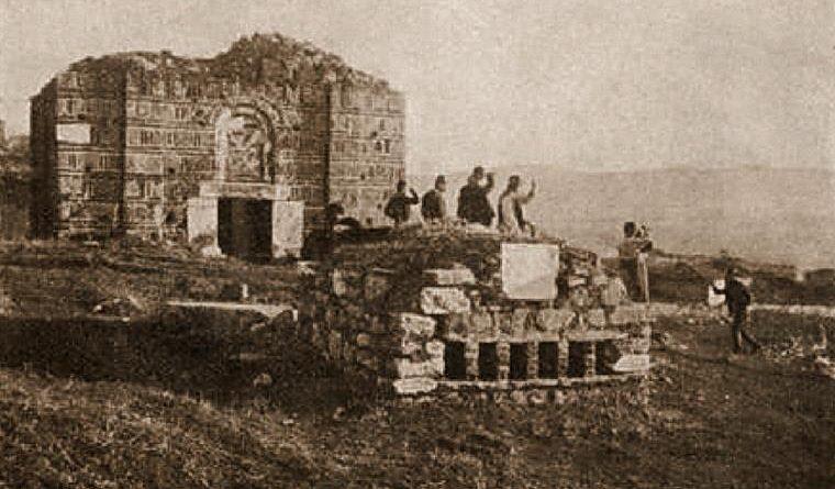 """Фотографија со могилата на крушевчаните и црквата """"Св. Атанас"""" во Варош, пред околу еден век."""