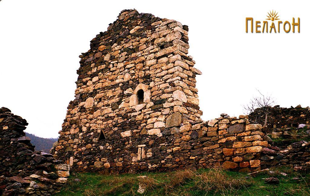 Остатоци од ѕид од куќа во Врпско со мали отвори-пушкарници и камено пенџерче