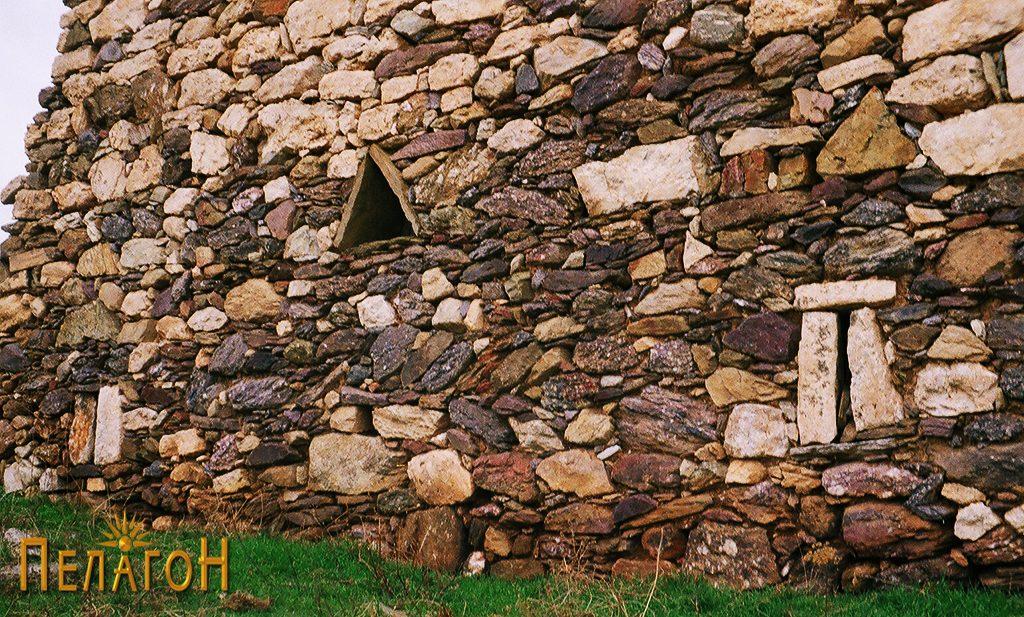 Ѕид со пушкарници и триаголна камара