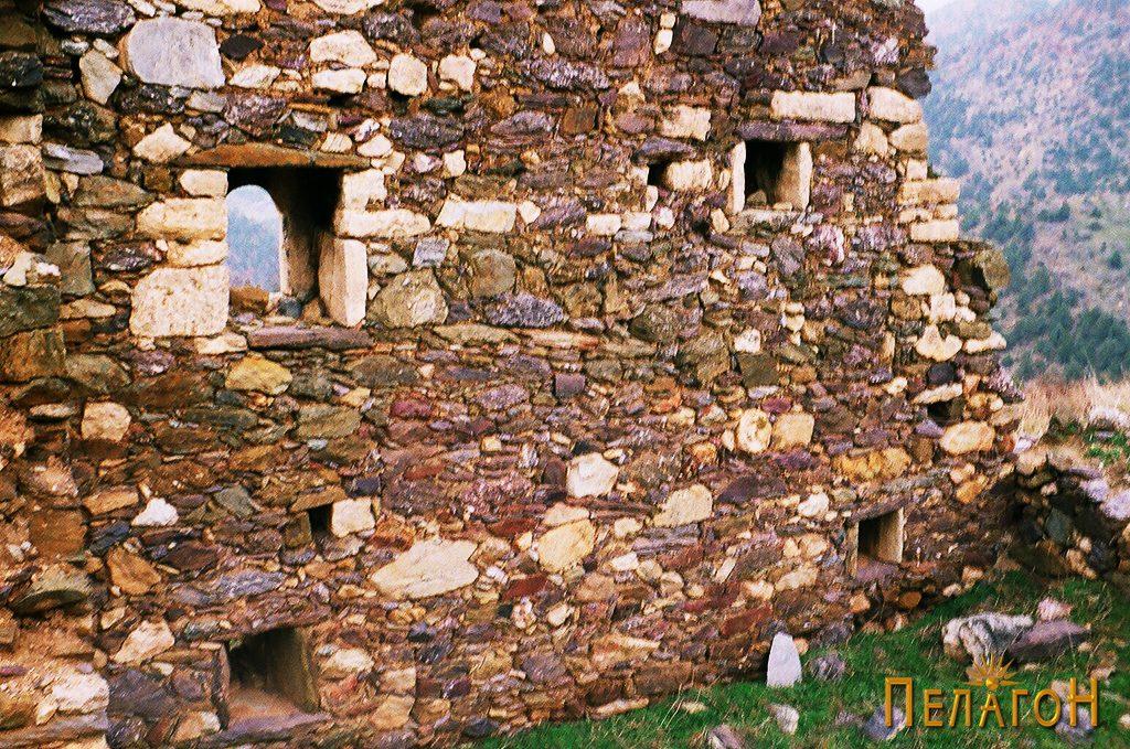Ѕид со повеќе мали камени пенџерчиња