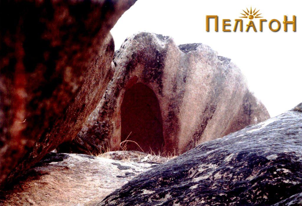 Поглед на карпата школка низ блиските карпи