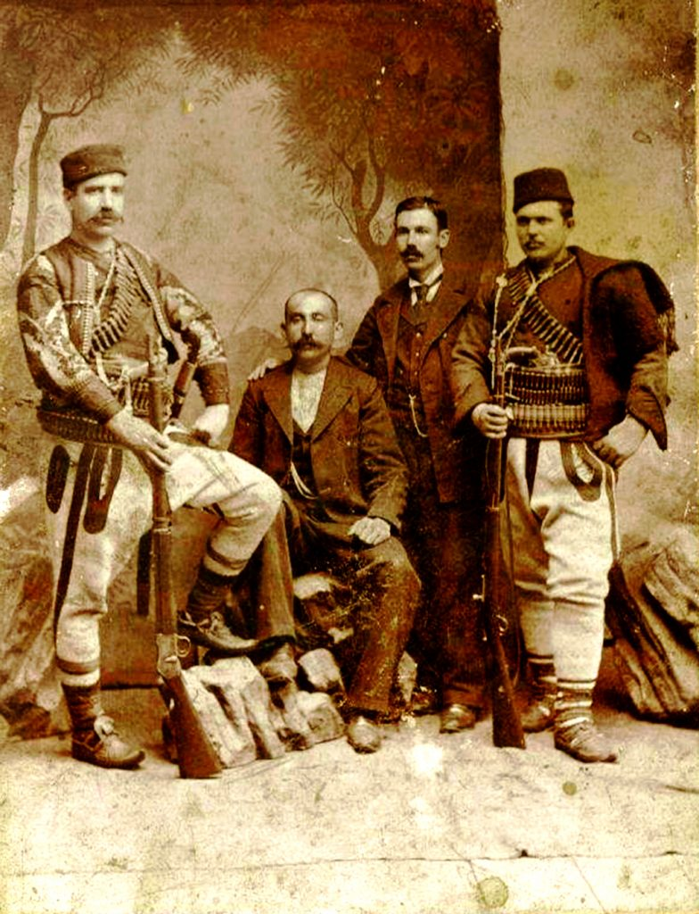 Војводата Мирче Ацев - лево, со група пријатели