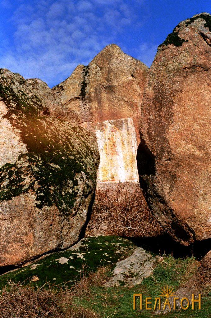"""""""Светецот"""" - централниот дел со три карпи и живописот со св. Ѓорѓи"""