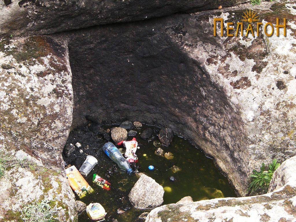 Поголема јама издлабена во подношјето на карпата - северозападен профил