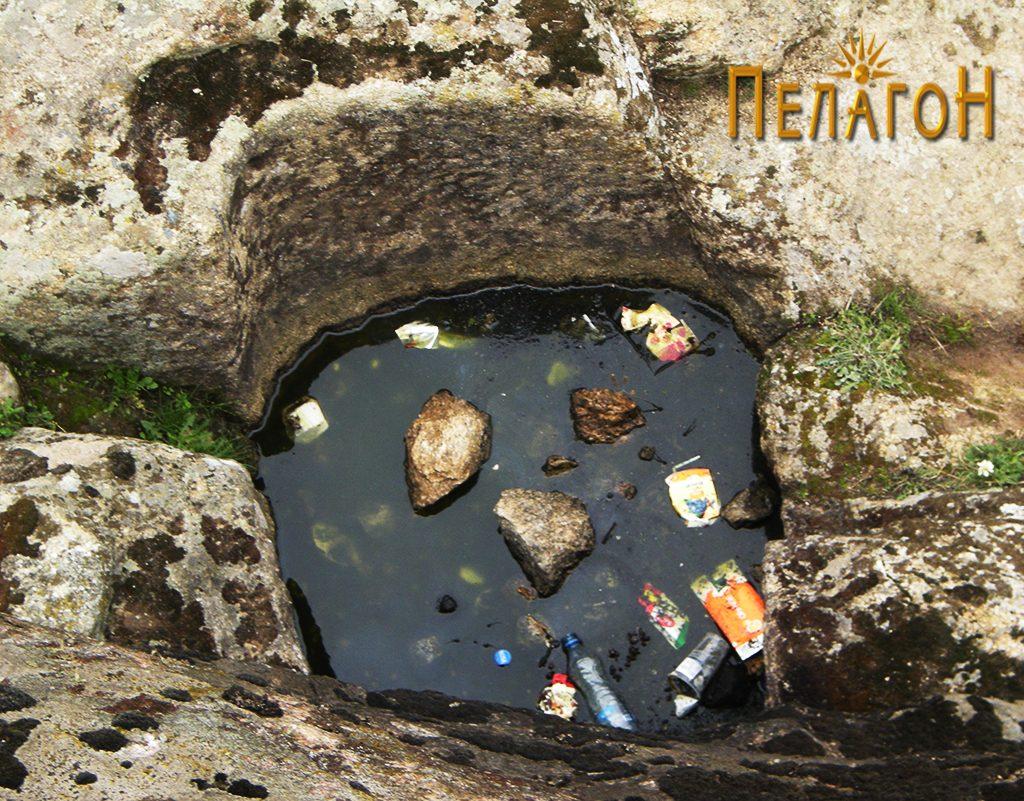Поголема јама издлабена во подношјето на карпата - северозападен профил 2