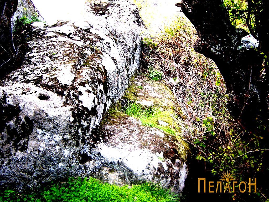 """""""Култибвирана"""" карпа со тераса, гроб и други оформени делови"""