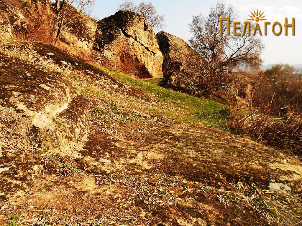 Тераса изработена на карпа во близина - дел од објект