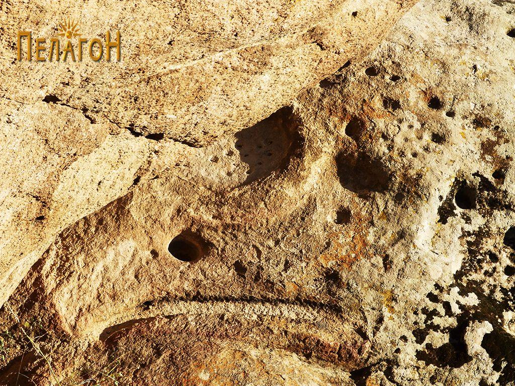 Површина со голем број врежана симболика и форми од конструктивен карактер