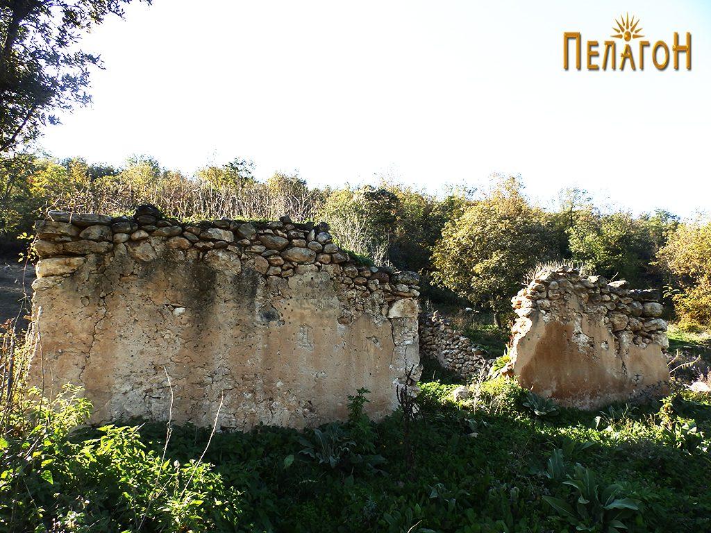 Остатоци од стара градба во близина на чешмата кај Царев Даб