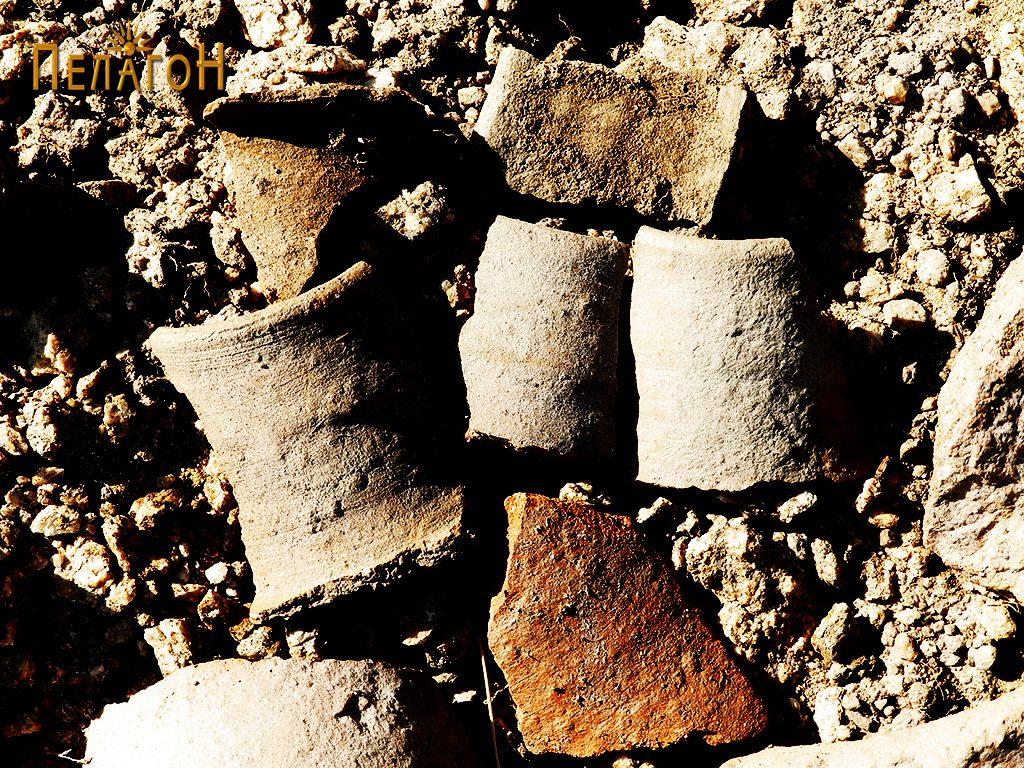 Фрагменти од водоводни керамички цевки, и керамички садови