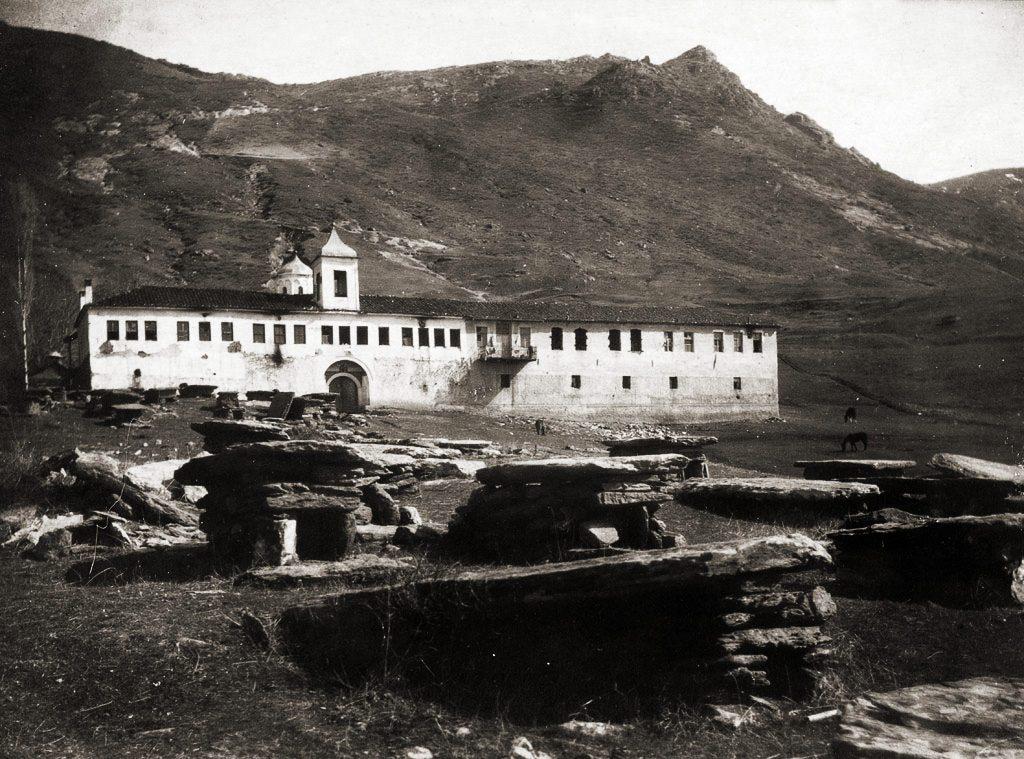 """Стара фотографија од манастирот """"Св. Никола"""" со гробиштата кај селото Прилепец"""