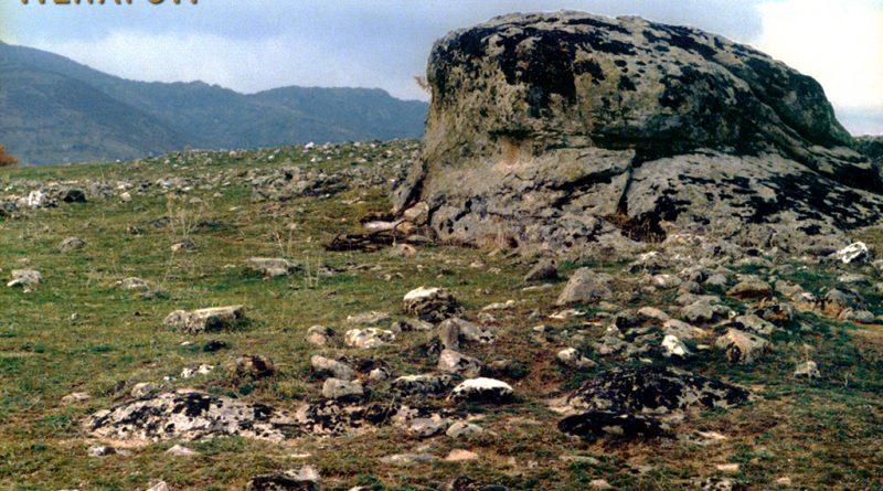 """Дел од локалитетот """"Грамаѓе - Букло"""" со остатоци од градба и карпата во центарот"""
