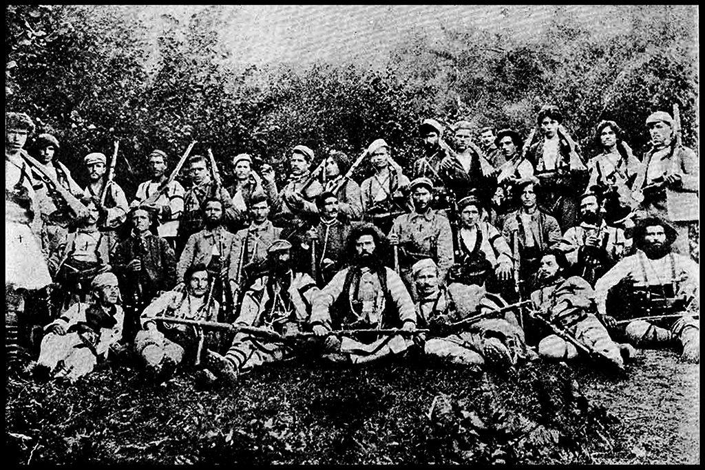 Четата на Тане Николов - во средината, седнат, лево Жоре Леништанецот, десно Мирче Најденов