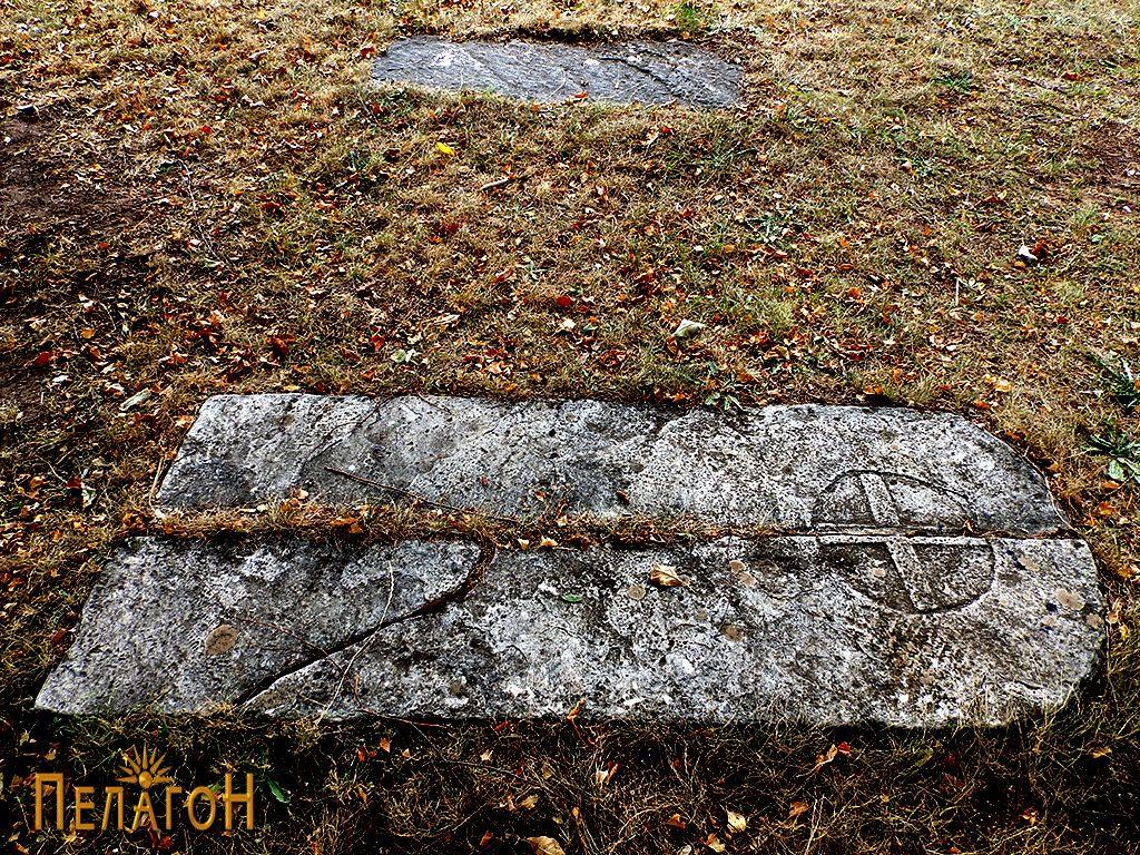 Гробот пред црквата во селото Ореовец, Прилепско, кој се смета за гроб на комити